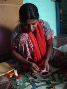 Indische Frau beim Handwerken